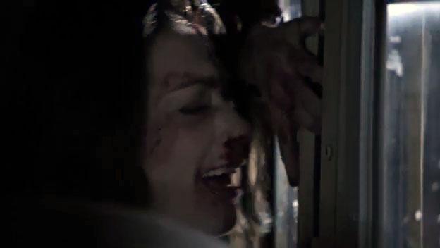 Скотт нападает на Эллисон в автобусе - третья серия сериала Волчнок