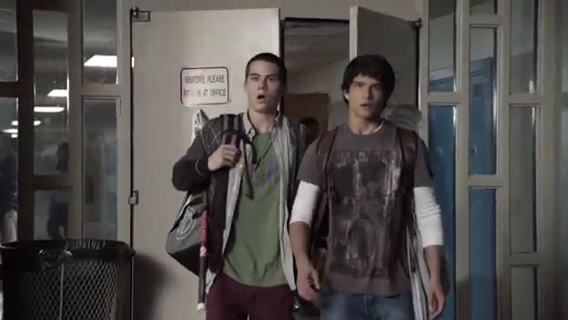 Скотт и Стайлз увидели раскуроченный школьный автобус - 3 серия сериала Волчонок