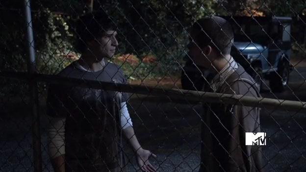 Скотт и Стайлз возле школьного автобуса - 3 серия 1 сезона сериала Волчонок